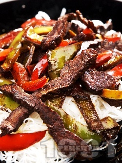 Телешко със зеленчуци и оризови нудъли - снимка на рецептата